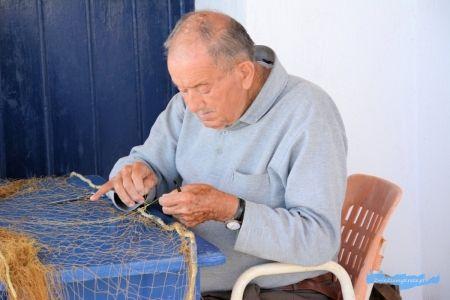 Mochlos Kreta rybak naprawiający sieci